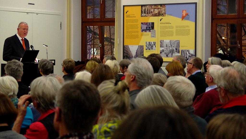 Das Foto zeigt Karl Starzacher, Vorsitzender des Landesverbandes Hessen im Volksbund Deutsche Kriegsgräberfürsorge e.V. bei seiner Ansprache. Er unterstrich die Bedeutung des Lernortes Trostenez für die Versöhnung.