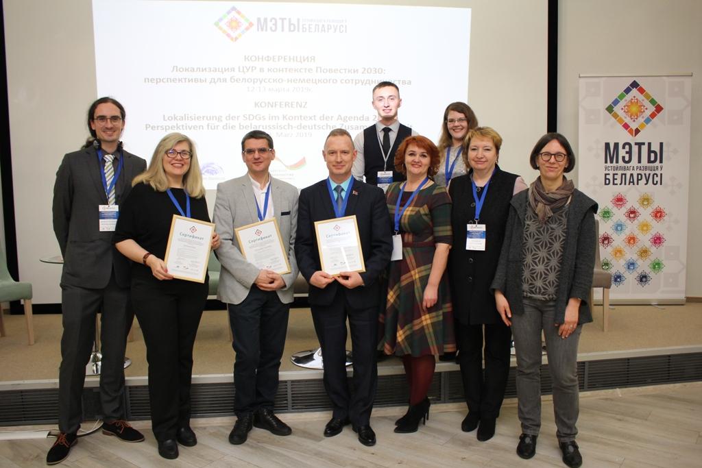 """Die Teilnehmerinnen und Teilnehmer an der Schulung """"Monitoring, Evaluation und Weiterentwicklung lokaler Nachhaltigkeitsstrategien in Belarus"""" berichteten aus ihren Erfahrungen. Unser Foto zeigt die ausgezeichneten Teilnehmer mit ihren Urkunden."""
