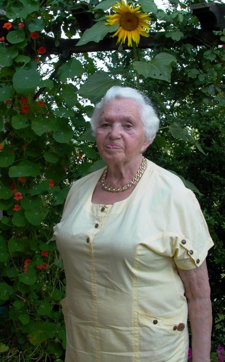 Ljuba Abramowitsch war 1996 mit ihrem Mann nach New York ausgewandert. Dieses Foto zeigt sie in einem Garten vor einer Sonnenblume stehend. Foto: privat
