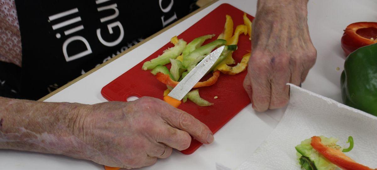 In der Brutzelküche im Mehrgenerationenhaus arbeiten alle zusammen am gemeinsamen Mahl.