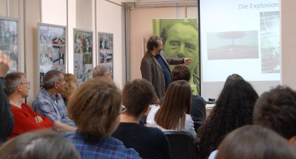 Martin Kastranek von der Heinrich Böll Stiftung Schleswig beim Vortrag in der Geschichtswerkstatt Tschernobyl in Charkiw.