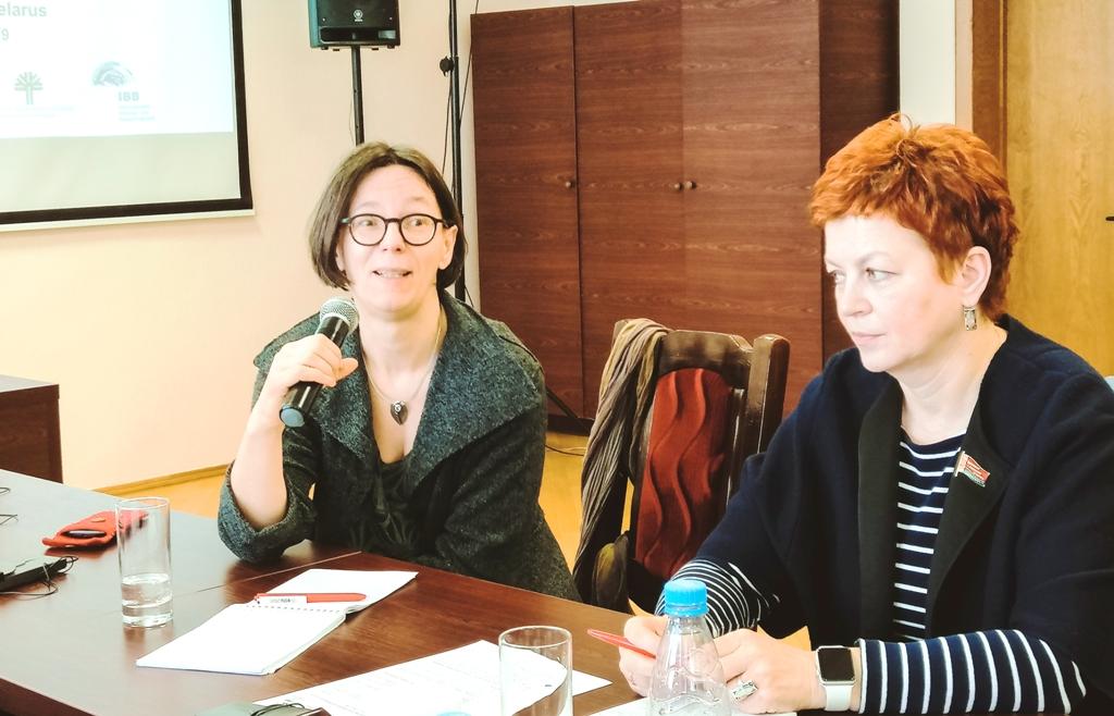 Unser Foto zeigt Dr. Astrid Sahm, Geschäftsführerin der IBB gGmbH Dortmund, sitzend am Mikrophon: Sie sicherte weitere Unterstützung beim Ausbau der Kreislaufwirtschaft zu.