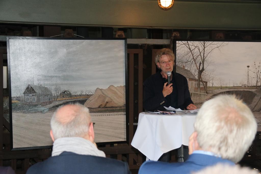 Hermann Buß vor zwei seiner Gemälde aus dem Zyklus Polessje-Elegie. Das verlorene Land.