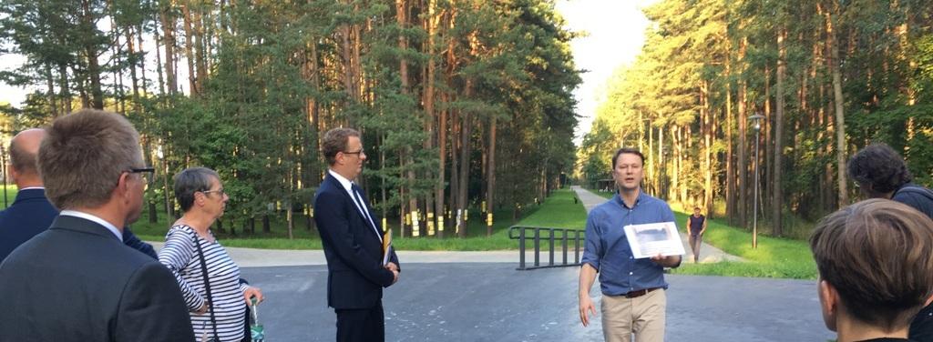 Vertreter der deutsch-belarussischen Parlamentariergruppe bei einer Führung im Wald von Blagowschtschina in Minsk.