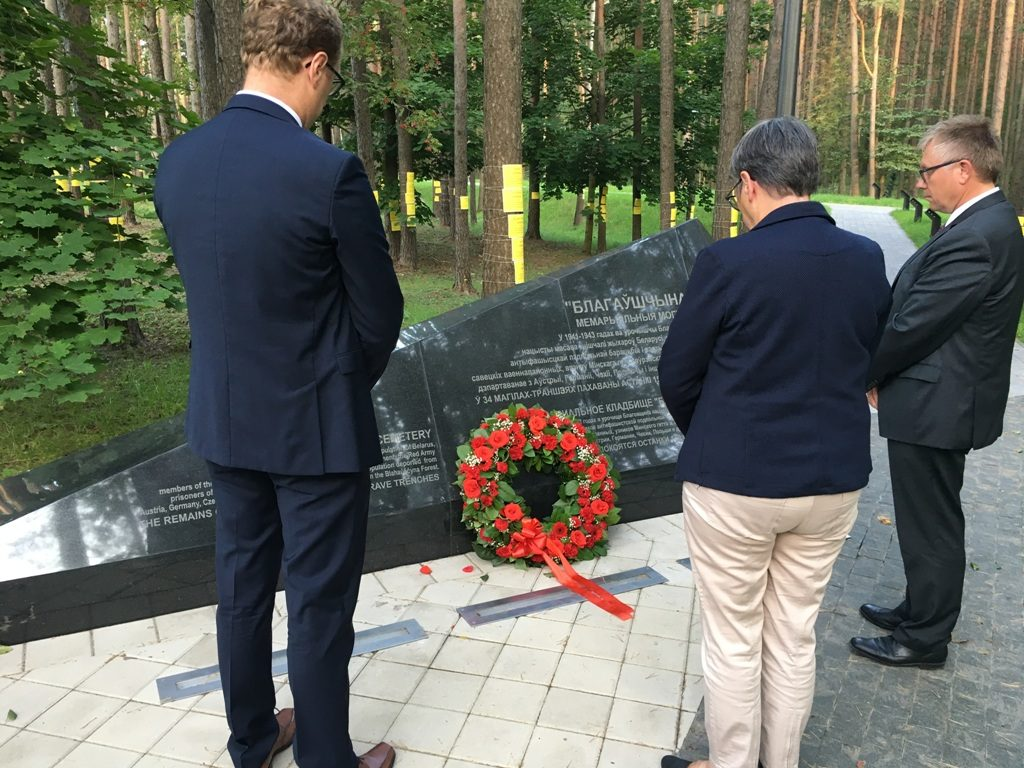 Abgeordnete des Bundestages und des Europäischen Parlaments legen Kranz nieder am Gedenkort Trostenez