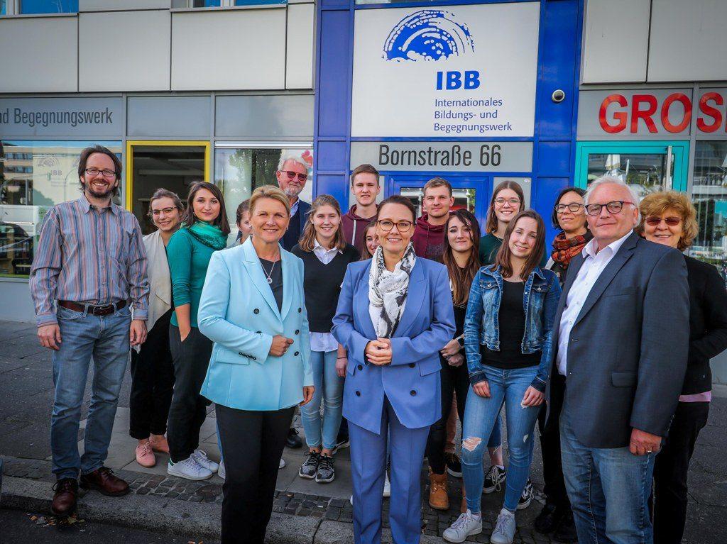 Jugendliche berichten im IBB Dortmund über ihre Teilnahme an Gedenkstättenfahrten zu Lernorten der NS-Geschichte