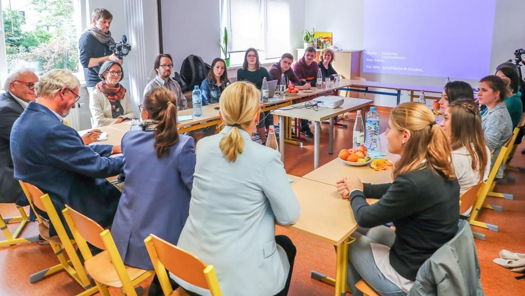 Ministerin Müntefering und Sabine Poschmann im Kreis der Jugendlichen und Vertreter des IBB Dortmund.