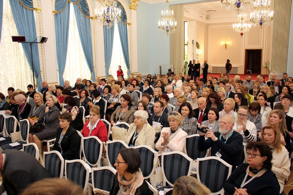 Publikum beim ersten Forum des aktiven Alterns in Minsk unterstützt vom Förderprogramm Belarus.