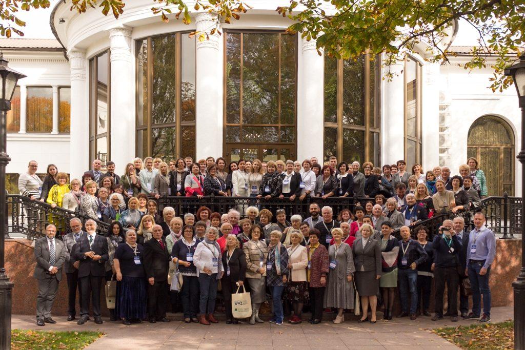 """Inspirierender Austausch beim ersten Forum """"Würdiges Altern: Gleiche Möglichkeiten für alle Generationen"""" in Minsk"""