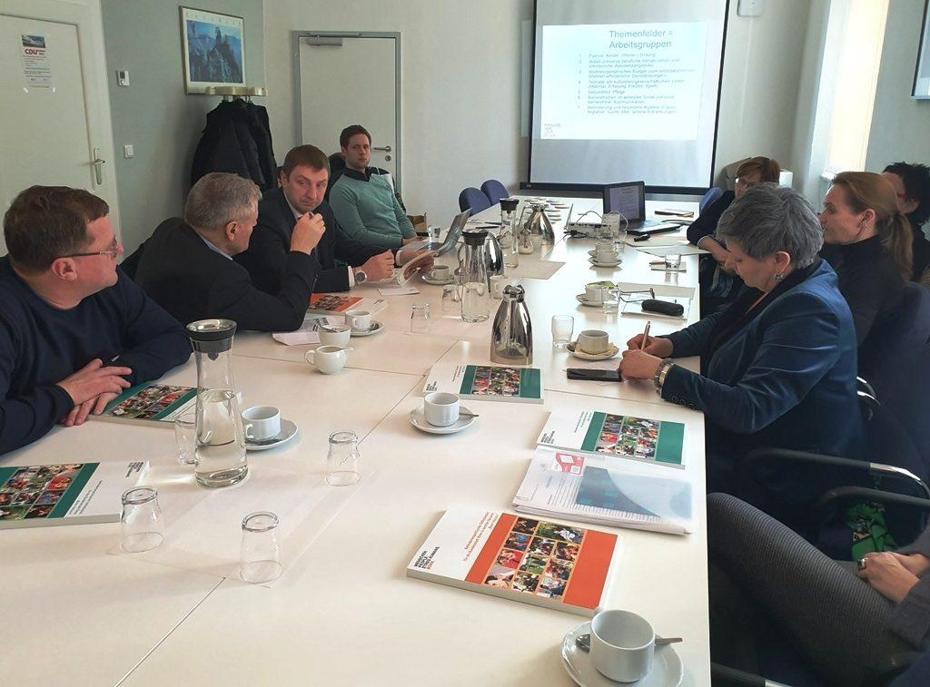 Dieses Foto zeigt die Delegation, die ím Rahmen des Förderprogramms Belarus die Stadt Bonn besichtigt hat, bei einer Diskussionsrunde über den Teilhabeplan der Stadt Bonn.