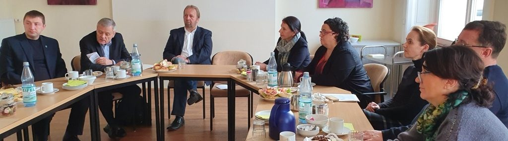 Dieses Foto zeigt die Delegation, die ím Rahmen des Förderprogramms Belarus die Stadt und Region Bonn besichtigt hat, bei einem Gedankenaustausch.