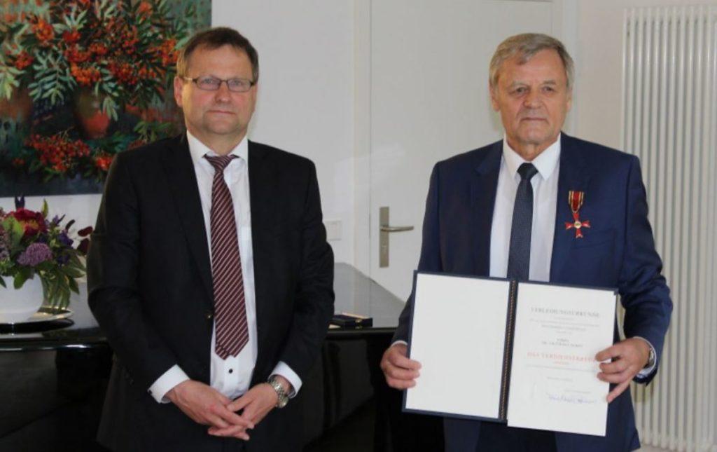 """Dr. Viktor Balakirev, belarussischer Direktor der IBB """"Johannes Rau"""" Minsk, mit dem Bundesverdienstkreuz ausgezeichnet"""