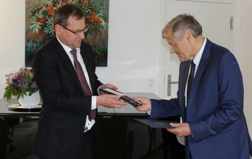 Die Ehrenurkunde und das Bundesverdienstkreuz erhielt Dr. Viktor Balakirev aus den Händen des deutschen Botschafters in Minsk, Manfred Huterer. Fotos: Deutsche Botschaft Minsk
