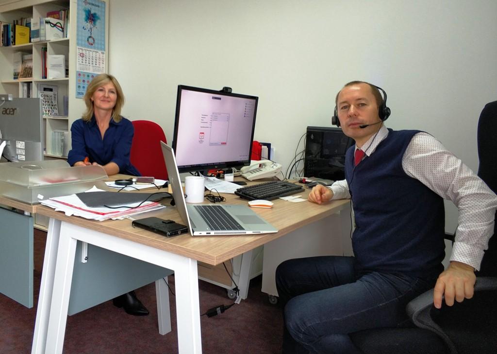 Ein Blick hinter die Kulissen des virtuellen Netzwerktreffens: Moderator Maksim Padbiorozkin sitzt an seinem Schreibtisch.