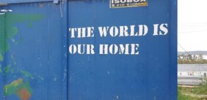 """Container auf Lesvos mit der Aufschrift """"The world is our home"""""""