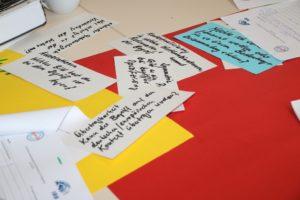 """Das Foto zeigt einen Blick auf beschriftete Karteikarten in einem Workshop am Fachtag """"Schwarz, weiß, bunt - so what?"""" in Dortmund"""